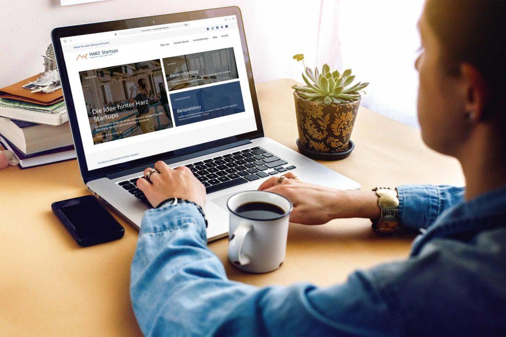 Junge Frau benutzt die Webseite von Harz Startups